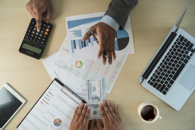 La corruption de l'argent en dollars de l'homme analyse la croissance des bénéfices des fonds du commerce financier et de change de devises concept de corruption en dollars américains