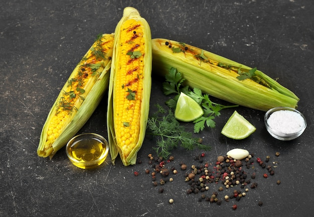 Cors grillés avec des ingrédients sur la table
