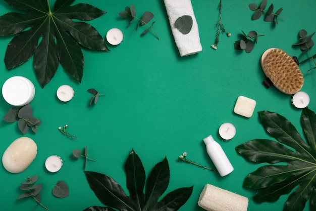 Cosmétique bio écologique sur fond vert