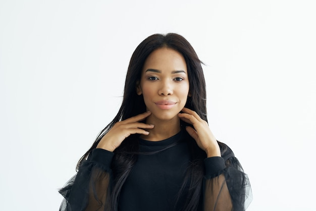 Cosmétique de cheveux longs de coiffure à la mode de femme africaine gaie