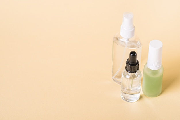 Cosmétique d'huile bio essence de soins de la peau en bouteilles sur beige