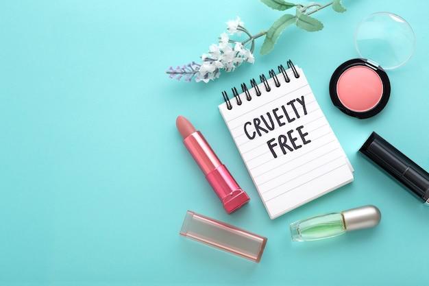 Cosmétique et maquillage cruellement gratuits sur fond bleu