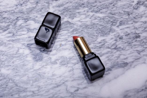 Cosmétique, mode, concept de beauté. rouge sur table marbel.