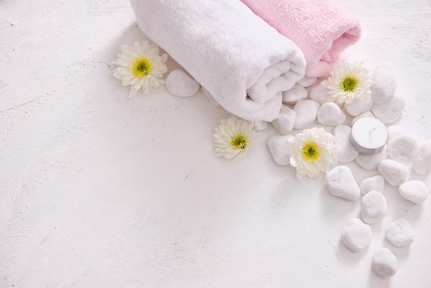 Cosmétique monochrome situé dans le concept de spa sur fond blanc