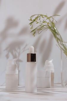 Cosmétique naturel en emballage blanc verrerie de laboratoire science et soins de la peau