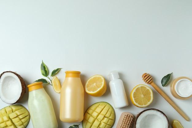 Cosmétiques de bain et ingrédients sur fond blanc
