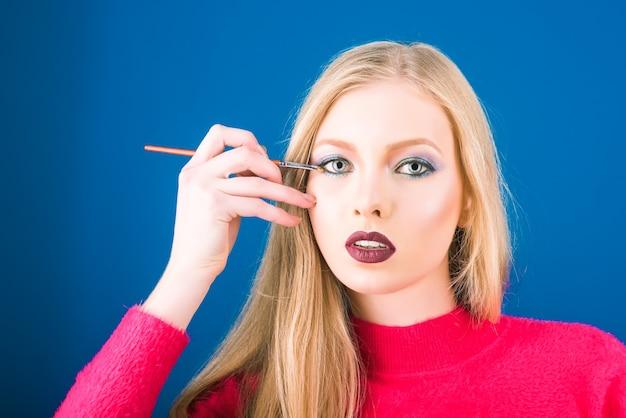 Cosmétiques beauté maquillage soins de la peau et concept de santé de la peau jolie fille blonde sexy avec parfait