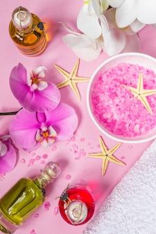 Cosmétiques de beauté spa sur la table rose d'en haut