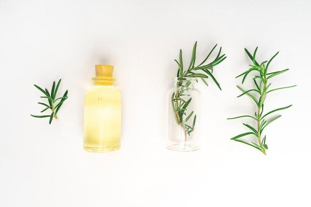 Cosmétiques biologiques aux extraits d'herbes de romarin sur fond blanc