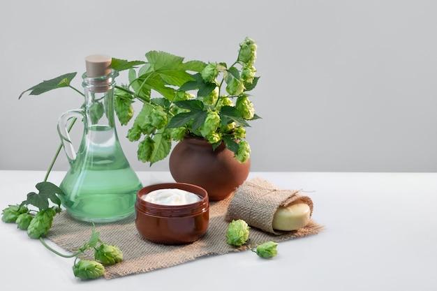 Cosmétiques biologiques, cosmétiques naturels faits à la main à base de houblon.