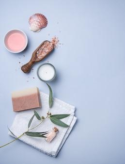 Cosmétiques biologiques naturels avec du sel rose sur fond bleu