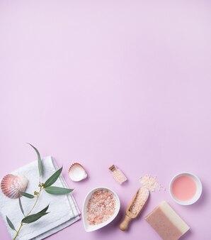 Cosmétiques biologiques naturels avec du sel rose sur fond rose