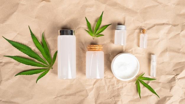 Cosmétiques et crèmes à la marijuana avec extrait de cbd et thc sur papier de chanvre.