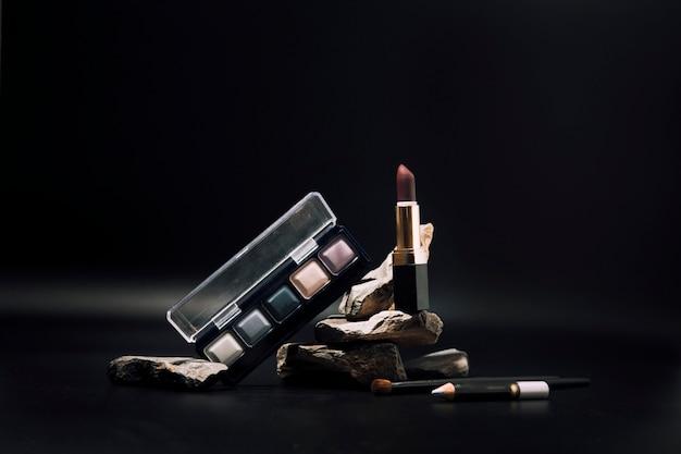 Cosmétiques décoratifs sur le concept de maquillage des podiums en pierre