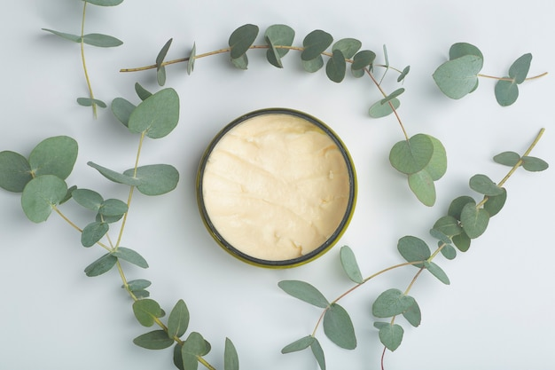 Cosmétiques à l'eucalyptus crème de fond à l'huile et à l'arôme d'eucalyptus cosmétiques à base d'huiles naturelles photo de haute qualité