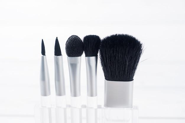Cosmétiques maquillage beauté brosses sur un fond clair. mise au point sélective.