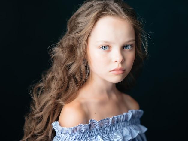 Cosmétiques de mode de studio de maquillage de fille mignonne le fond foncé