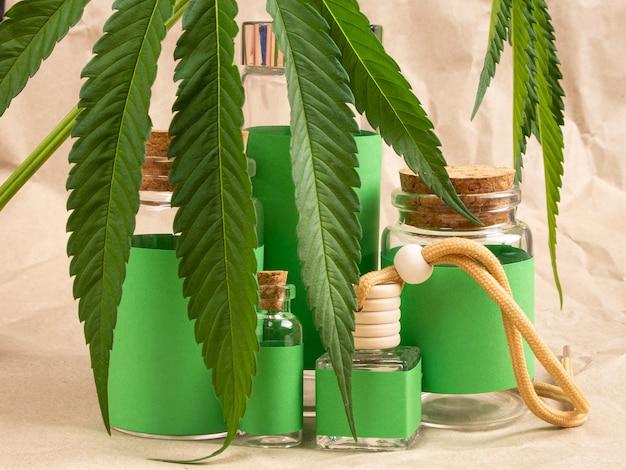 Cosmétiques naturels au cannabis et bouteilles vertes et feuilles de marijuana.
