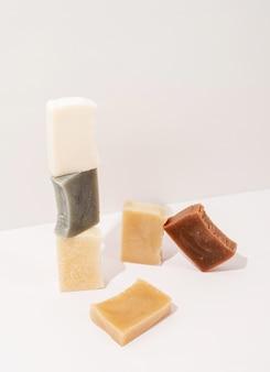 Cosmétiques naturels. composition de savon artisanal, pile de savon naturel biologique sur fond blanc