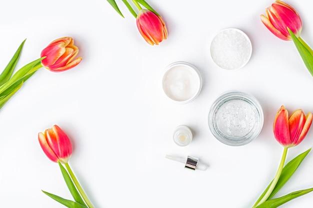 Cosmétiques naturels faits maison et fleurs de tulipes