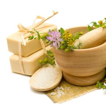 Cosmétiques naturels - savon, sel de bain et herbes médicinales
