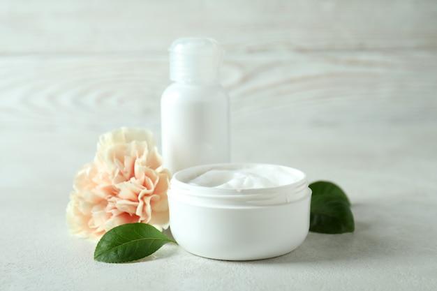 Cosmétiques naturels de spa sur une table texturée blanche