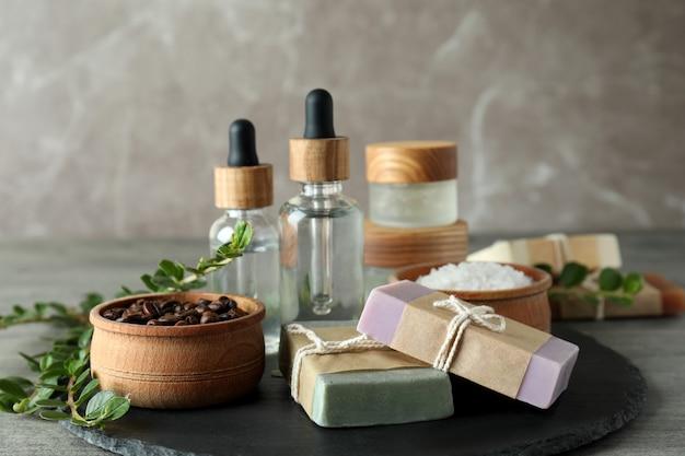 Cosmétiques naturels de spa sur une table texturée grise