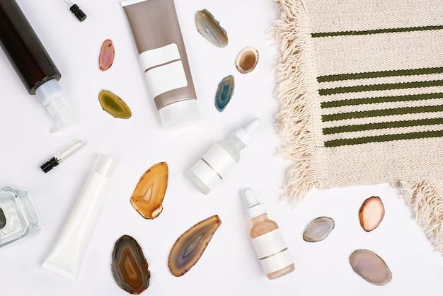 Cosmétiques de pharmacie bio avec pierre d'agate naturelle sur fond blanc vue de dessus à plat produits de beauté naturels pour le concept de maquette de marque