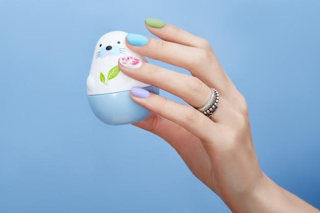 Cosmétiques pour les mains coloration et soin des ongles, produit de manucure et de soin professionnel.