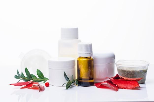 Cosmétiques pour les soins du visage et du corps, zéro déchet sur fond blanc.