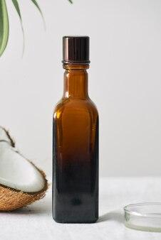 Cosmétiques de spa dans des bouteilles en verre marron sur une table en béton gris. espace de copie. blogueuse beauté, thérapie de salon, concept de minimalisme