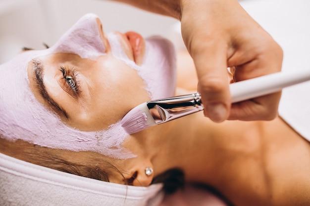 Cosmétologue, application, masque, visage, client, salon beauté