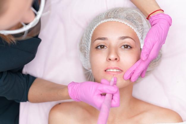 Cosmétologue appliquant maquillage permanent