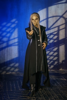 Cosplay religieuse et magicien, personnages de la pièce