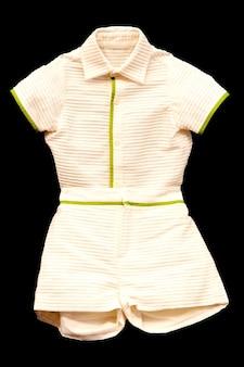 Costume de bébé avec un tissu plissé isolé sur fond noir