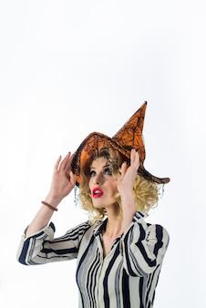 Costume de carnaval de chapeau de sorcière magique robes d'halloween sur la sorcière femme sexy en costume d'halloween de sorcière sur