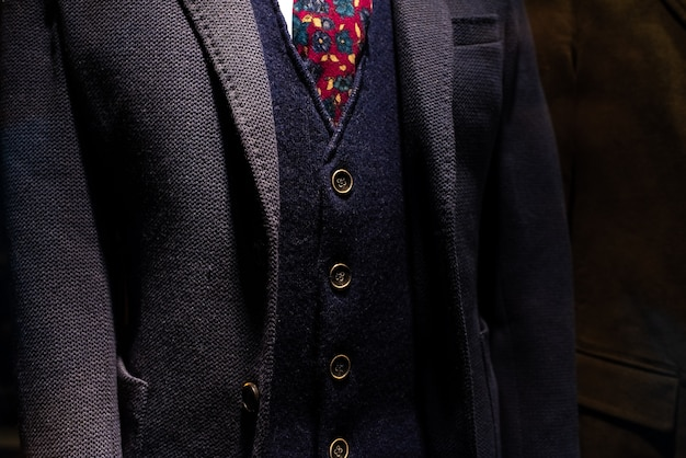 Costume élégant avec veste et veste de laine d'homme d'affaires mature.