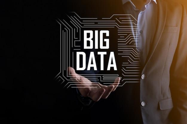 En costume sur fond sombre contient l'inscription big data. serveur en ligne de réseau de stockage