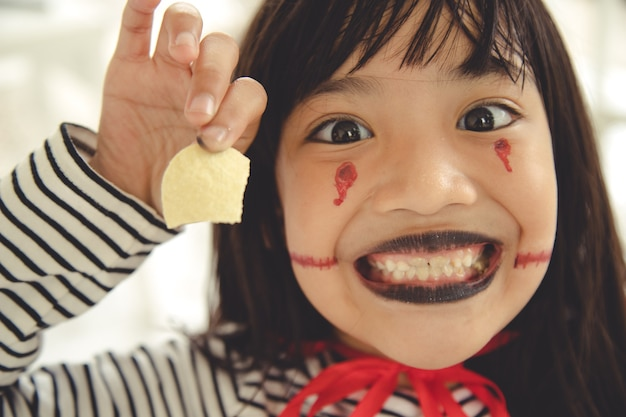 Costume d'halloween drôle d'enfant habillé. concept de vacances halloween