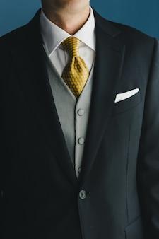 Costume de l'homme avec une cravate élégante