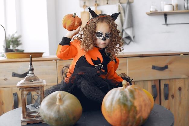 Costume et maquillage d'halloween pour petite fille sugar skull. fête d'halloween. le jour des morts.