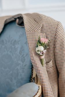 Costume pour marié avec une fleur à la boutonnière de mariage