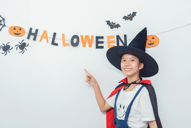Costume de sorcière asiatique jouant dans la salle happy halloween