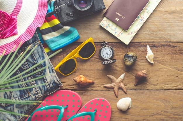 Costumes d'accessoires de voyage. passeports, bagages, le coût des cartes de voyage préparé pour le