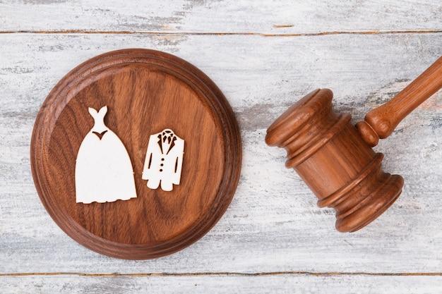 Costumes de mariage et marteau en bois.