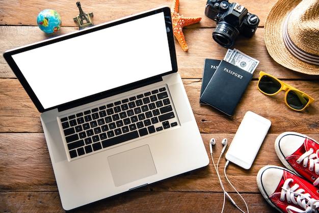 Costumes pour ordinateur portable et accessoires de voyage planification du tourisme et équipement nécessaire pour le voyage sur plancher en bois