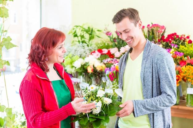 Costumière achetant des roses dans un magasin de fleurs