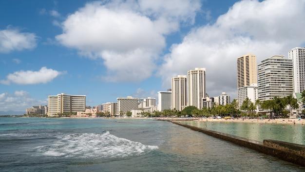 Côte animée avec hôtels et plage de sable sur la plage de waikiki