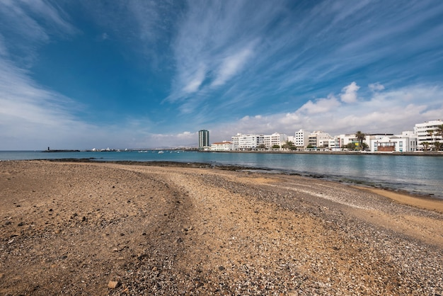 Côte d'arrecife et l'horizon de lanzarote, îles canaries, espagne.