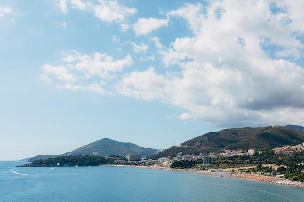 Côte de budvan au monténégro littoral des villes de rafaelovici et beechichi long beach